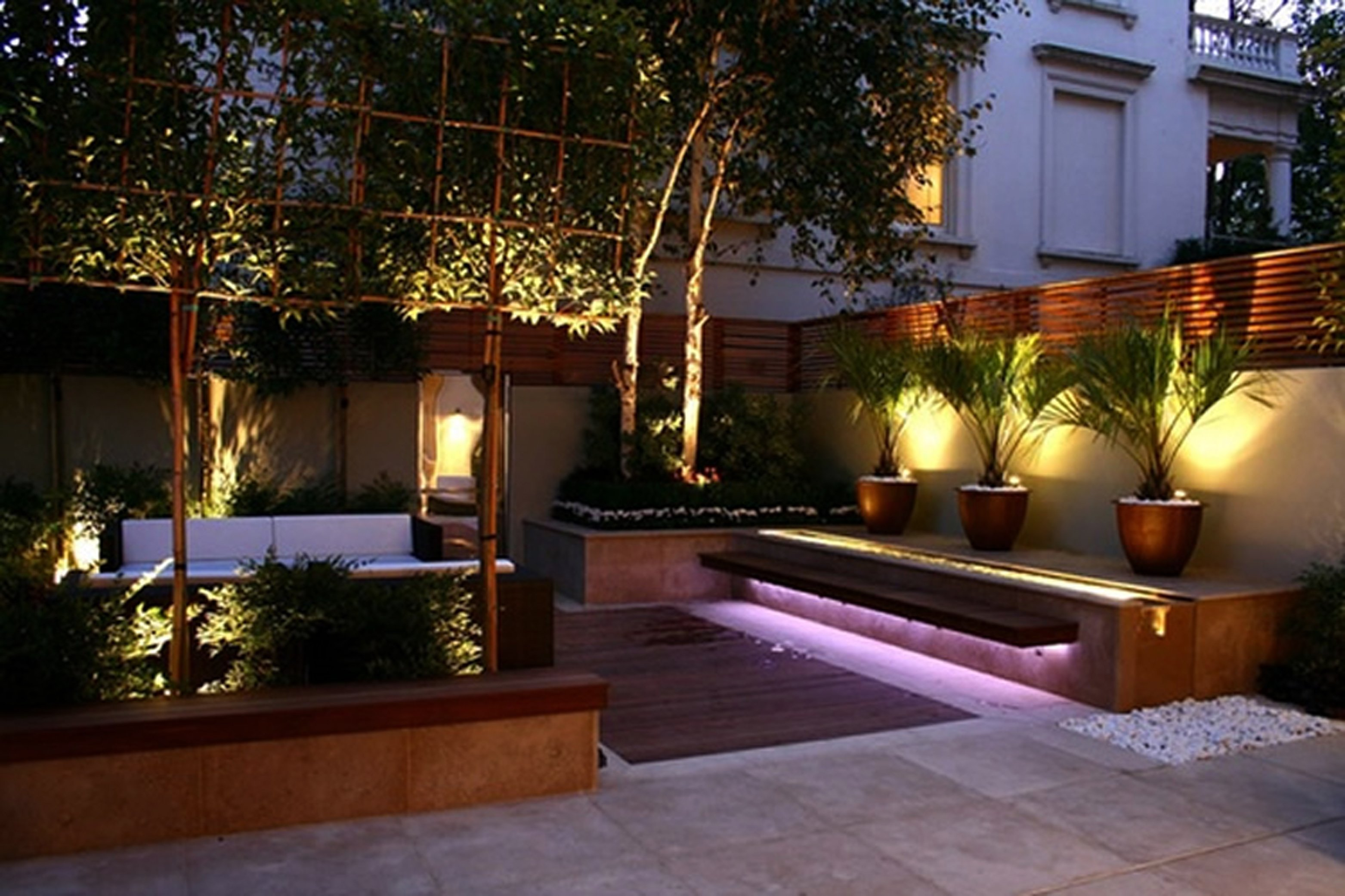 Ideas para decorar exteriores en primavera for Luces led para casas exterior