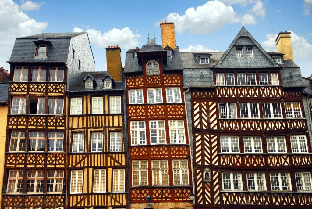 row-of-crooked-medieval-houses-in-rennes-france-1600x1071