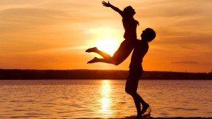 felicidad-de-una-pareja-en-la-puesta-del-sol-2804