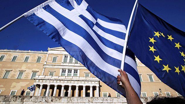 YAN204 - ATENAS (GRECIA), 22/6/2015.- Manifestantes protestan frente al edificio del Parlamento hoy, lunes 22 de junio de 2015, para exigir que el país continúe en la Eurozona en Atenas (Grecia). Miles de personas se manifestaron hoy en Atenas para pedir al Gobierno que logre un acuerdo con los acreedores que permita al país mantenerse dentro de la eurozona. EFE/SIMELA PANTZARTZI
